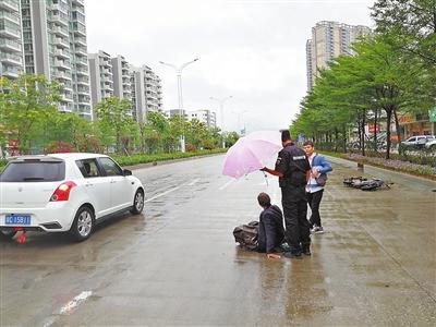 老人受伤倒地 民警为其撑伞