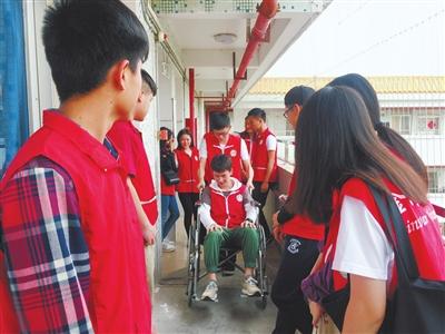 志愿者现场学习推轮椅